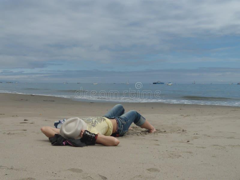 Девушка на пляже океана стоковая фотография