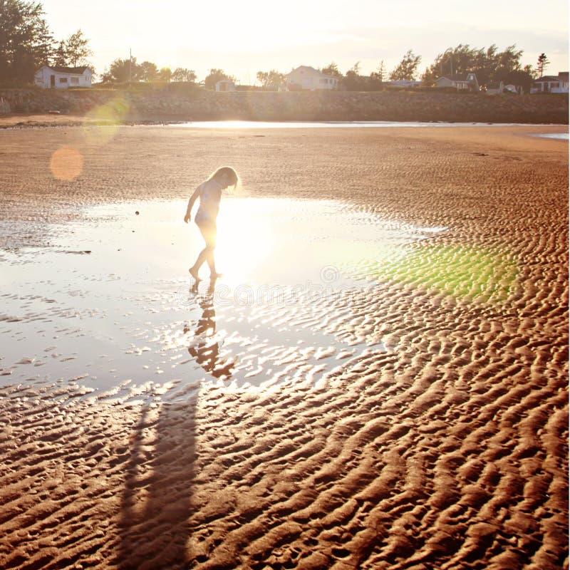 Девушка на пляже песка стоковое изображение