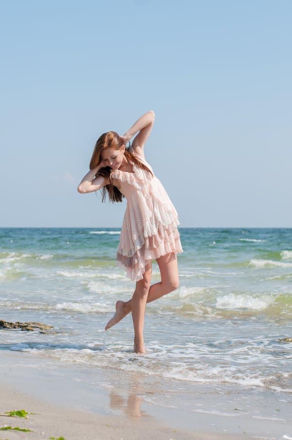 Девушка на пляже стоковые фотографии rf