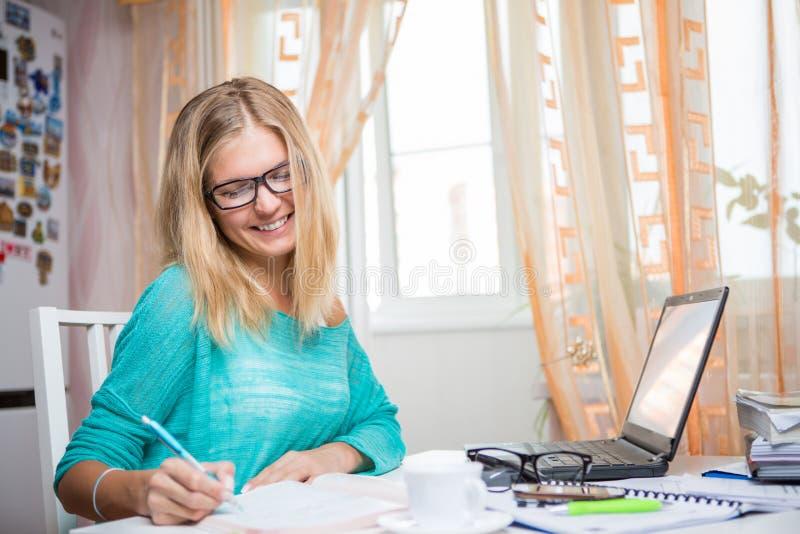 Девушка на работе с бумагами стоковая фотография rf