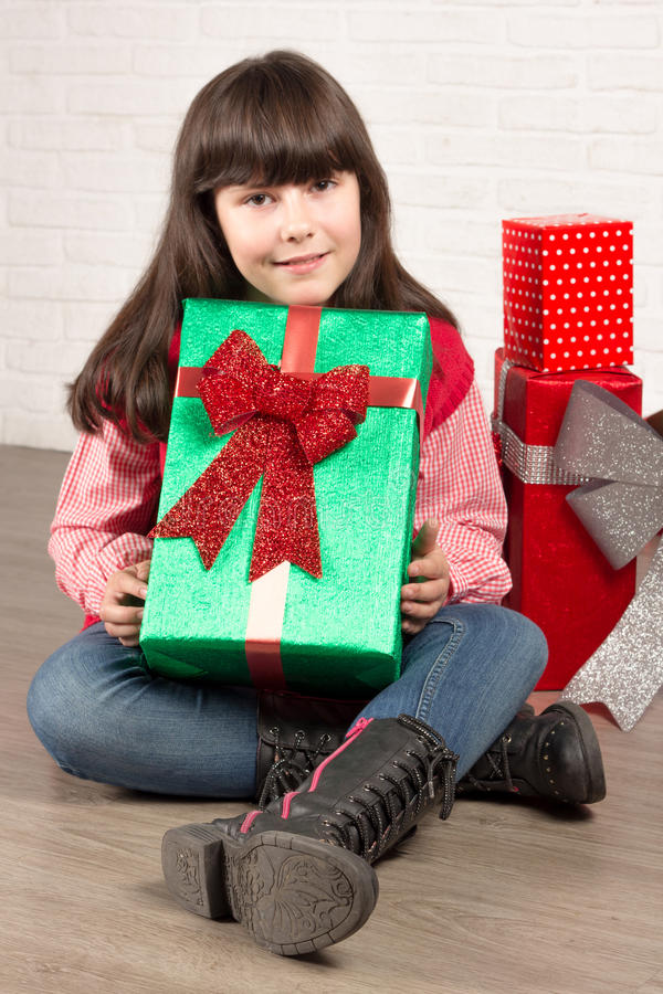 Девушка на рождестве с подарочными коробками стоковое изображение