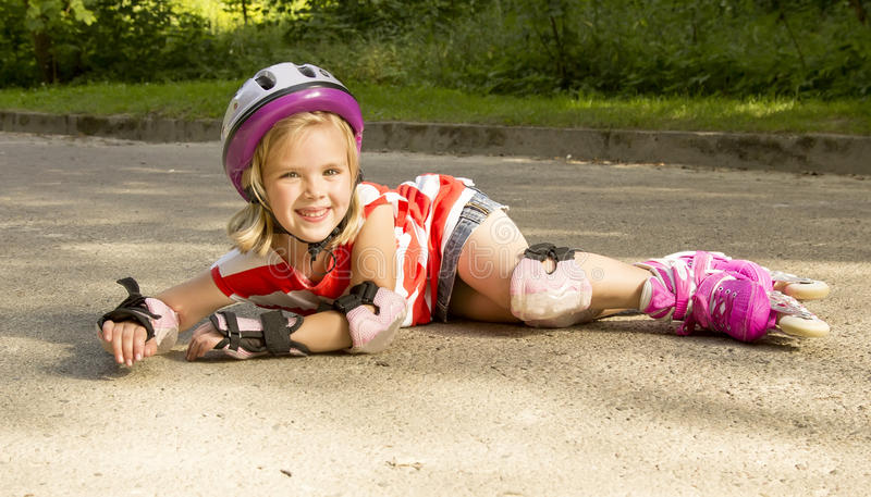 Девушка на роликах упала стоковые изображения rf
