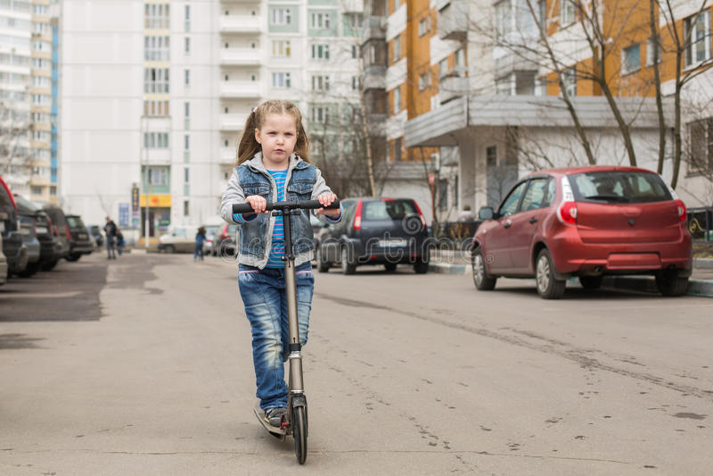 Девушка на самокате пинком стоковые фотографии rf