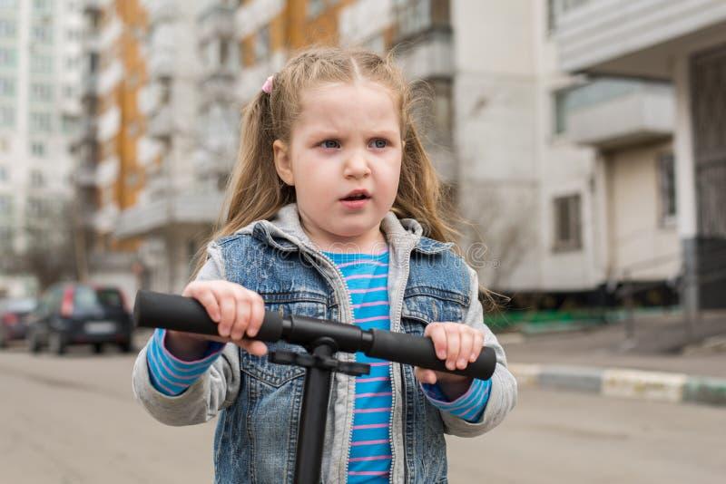 Девушка на самокате пинком стоковое изображение