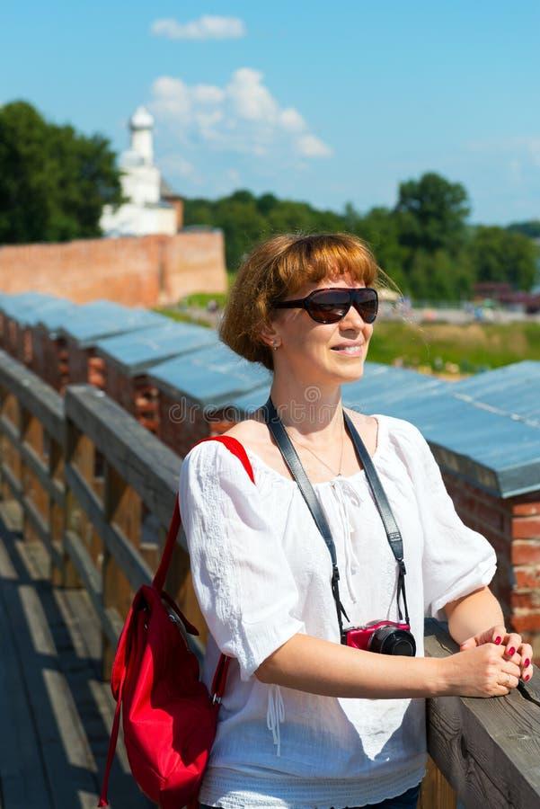 Девушка на стенах Кремля в Veliky Новгороде стоковое изображение rf