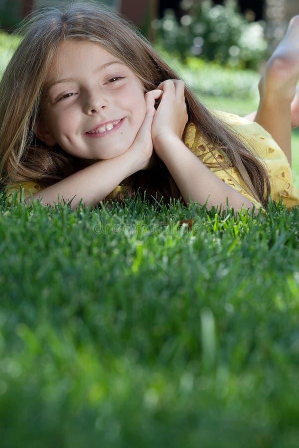 Девушка на траве стоковое изображение
