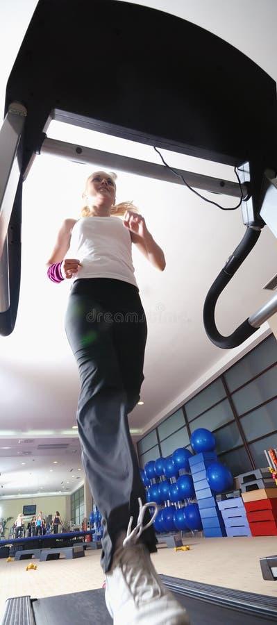 Девушка на третбане в гимнастике стоковая фотография