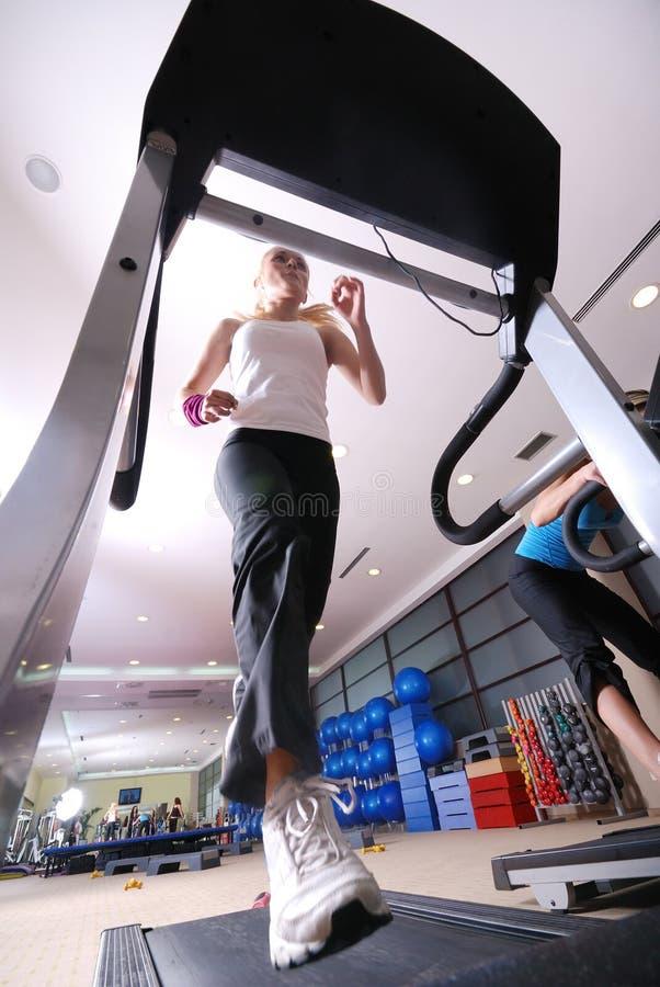 Девушка на третбане в гимнастике стоковая фотография rf