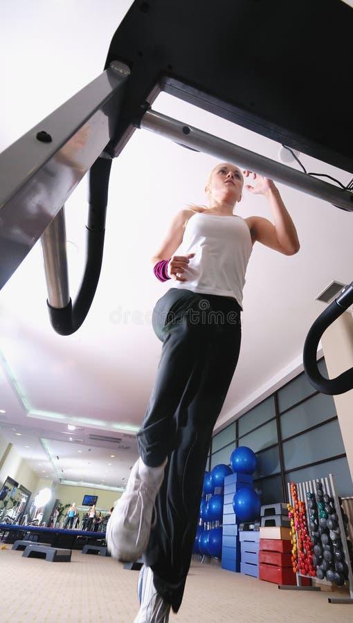 Девушка на третбане в гимнастике стоковые фотографии rf