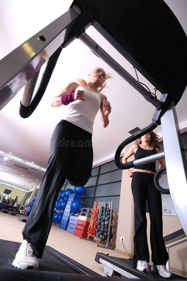 Девушка на третбане в гимнастике стоковое фото
