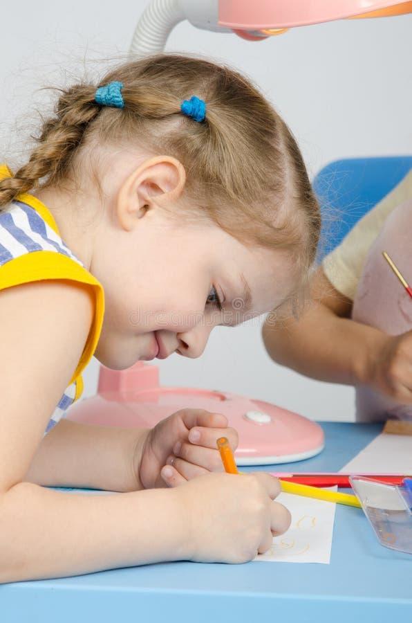 Девушка на уроке чертежа стоковые фотографии rf