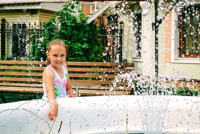 Девушка на фонтане стоковые фото