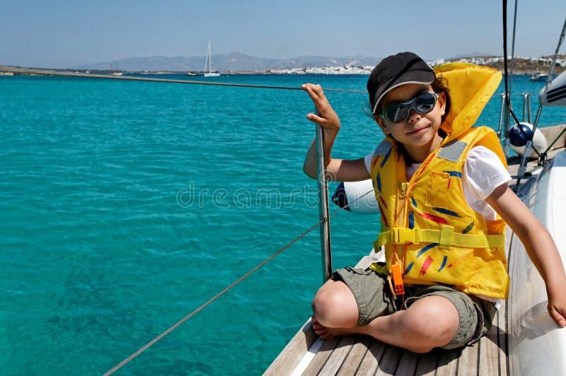 Девушка на шлюпке sailing стоковые фотографии rf