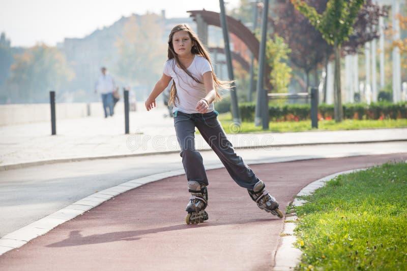 Девушка на rollerblades стоковое фото rf