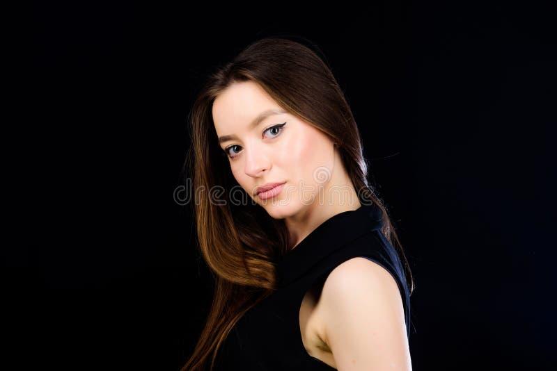 Девушка неимоверной красоты уверенная Милые skincare и макияж девушки Украшая сторона и волосы Ежедневный простой макияж стоковая фотография rf