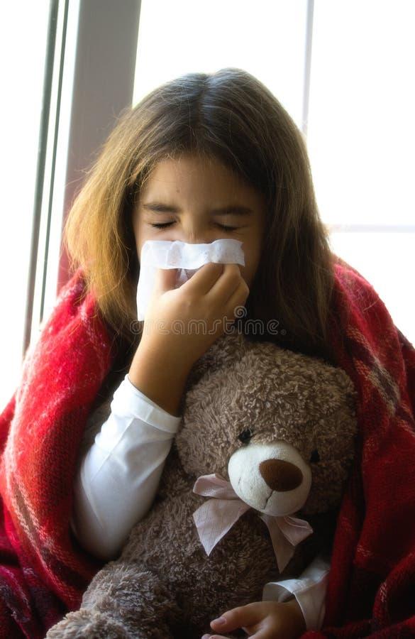 девушка немногая больное стоковые фотографии rf
