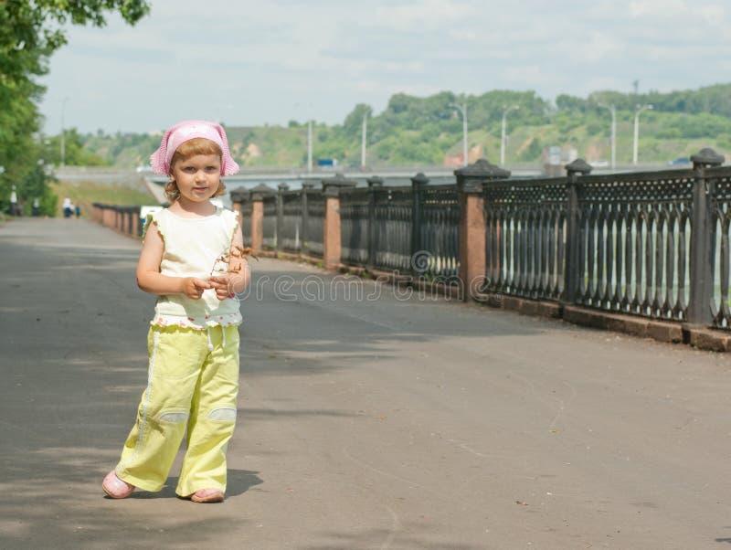 девушка немногая прогулка стоковая фотография rf