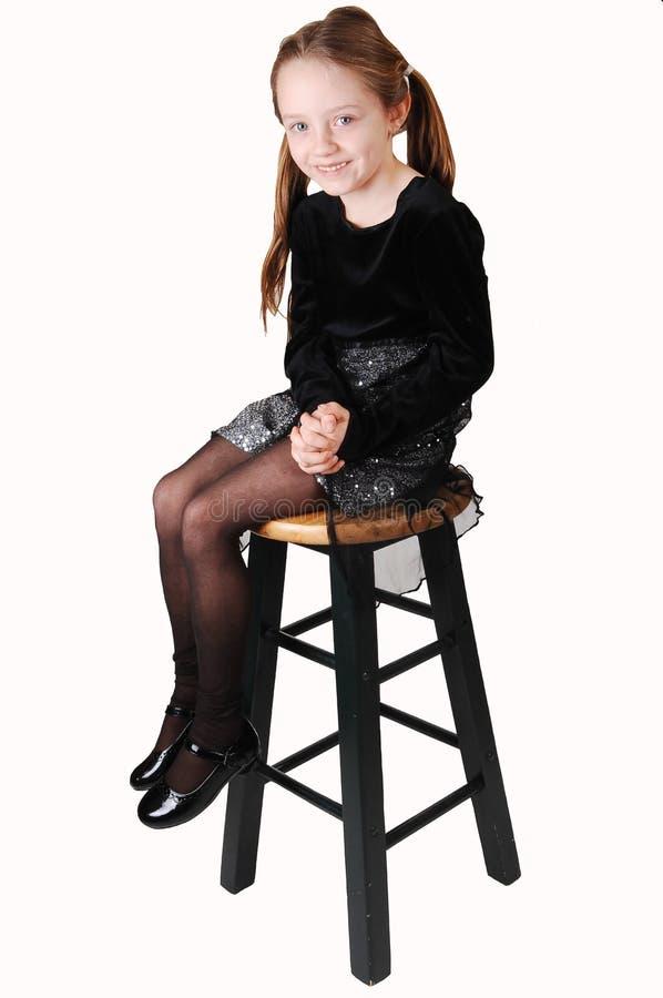 девушка немногая сидя стоковое фото