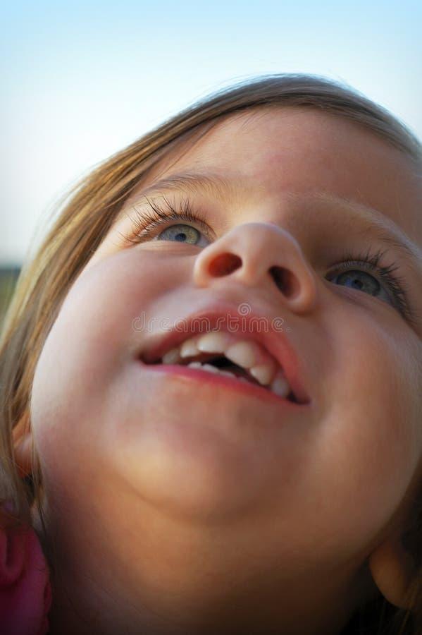 девушка немногая смотря вверх стоковая фотография rf