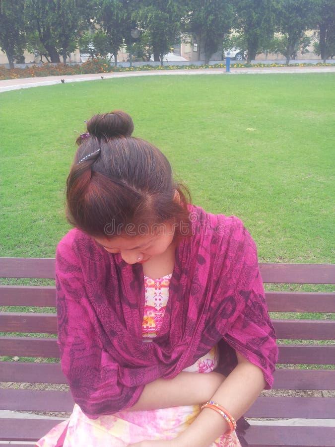 Девушка непальца в парке стоковая фотография