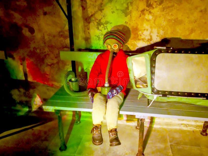 Девушка носит газ в подземном бункере стоковые изображения