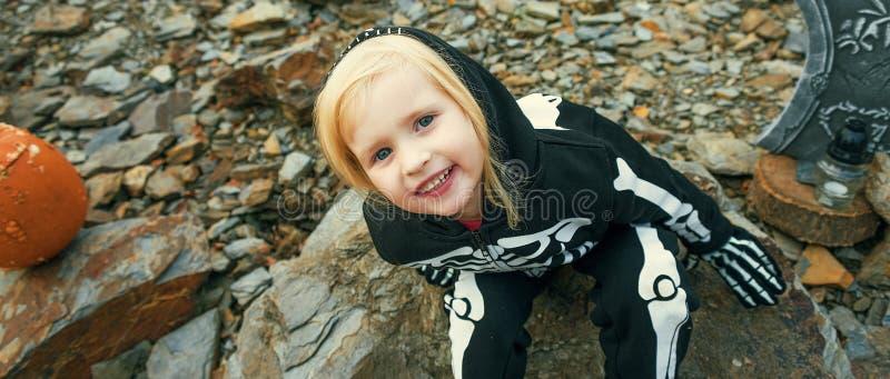 Девушка нося каркасный костюм на хеллоуине украсила outdoors стоковые фото