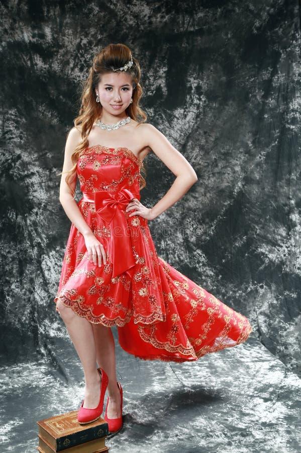 Девушка нося красное платье стоковое фото rf