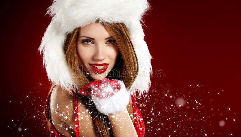 Девушка нося одежды Санта Клауса стоковые фото