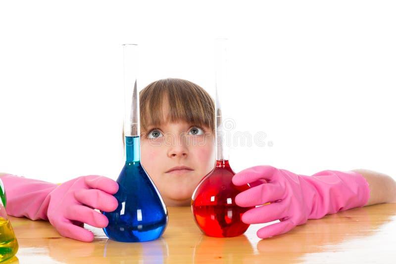 Девушка нося розовые перчатки с склянками стоковые изображения rf
