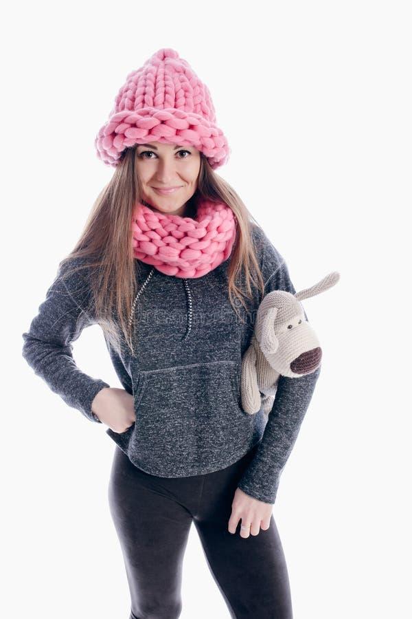 Девушка нося толстые шарф и шляпу стоковые фото