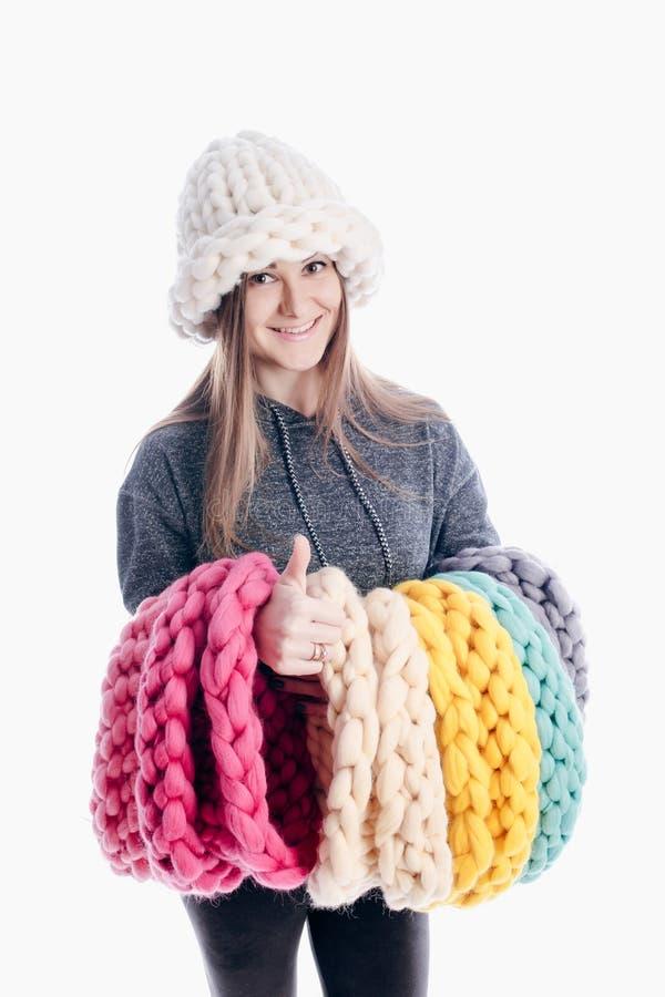 Девушка нося толстые шарф и шляпу стоковые фотографии rf