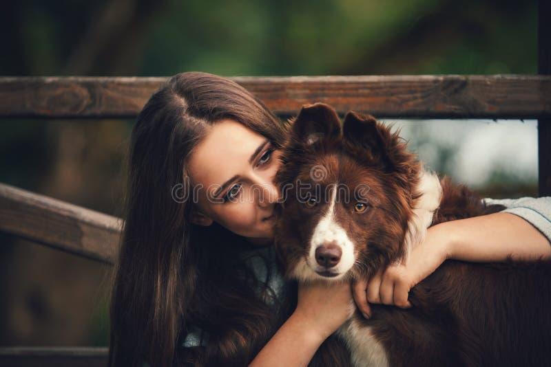 Девушка обнимая собаку стоковая фотография rf