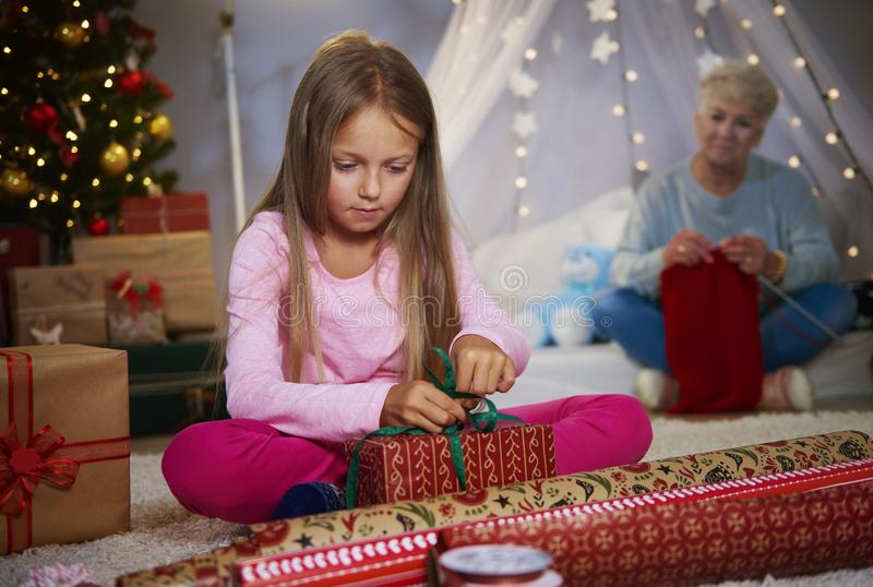 Девушка оборачивая подарки стоковые фото