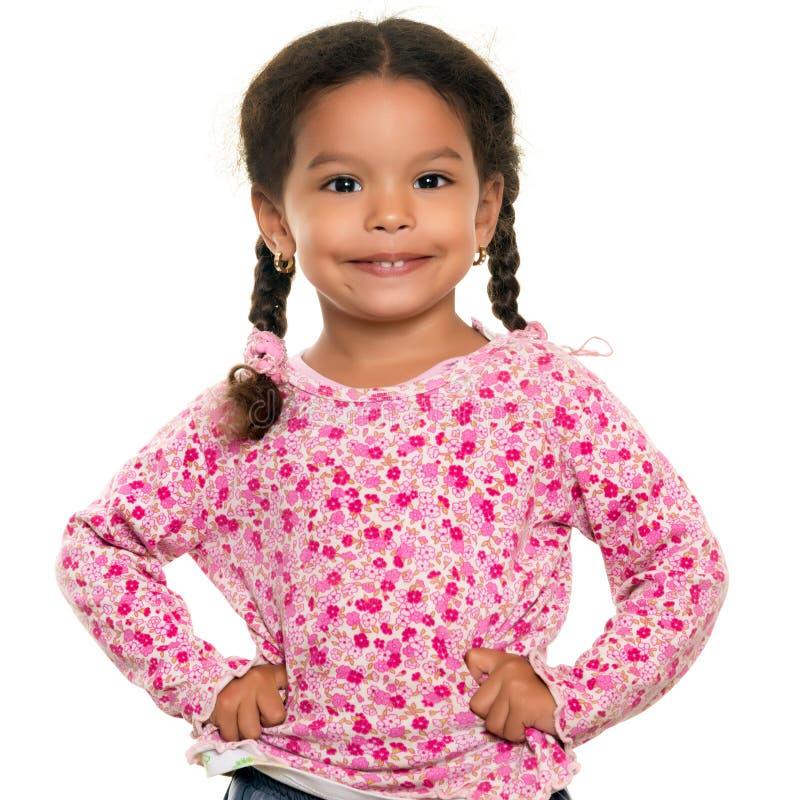 Девушка довольно смешанной гонки малая изолированная на белизне стоковое фото rf