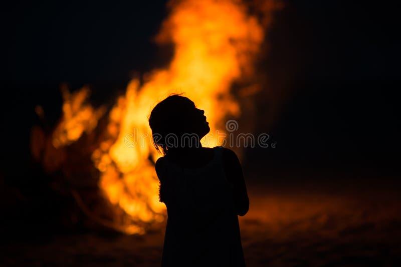 Девушка огня лагеря стоковое фото rf
