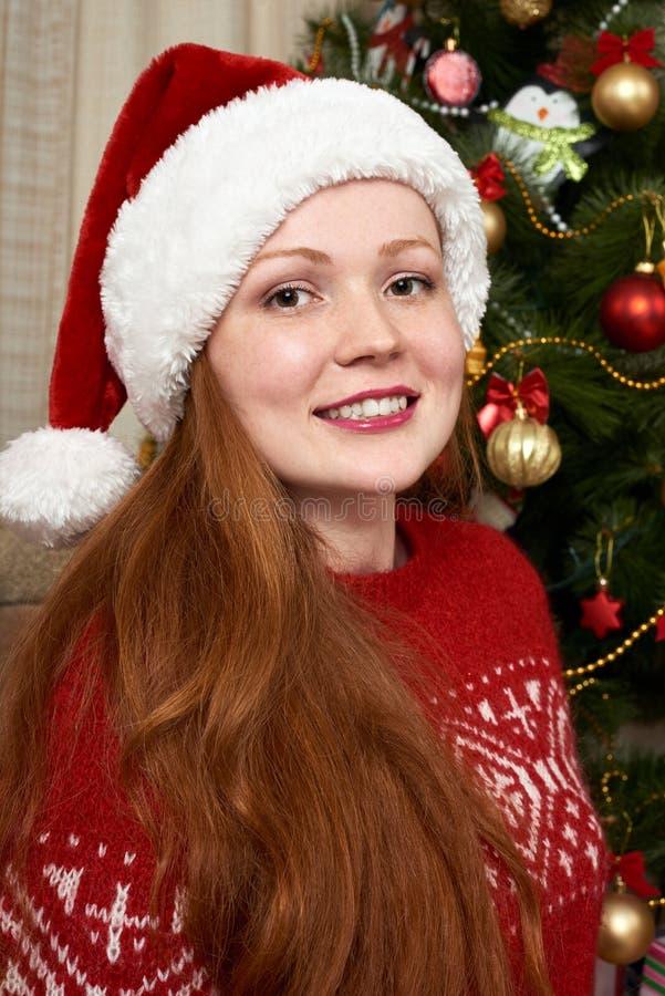 Девушка одетая как santa в украшении рождества дома Концепция кануна Нового Годаа и зимнего отдыха стоковые изображения