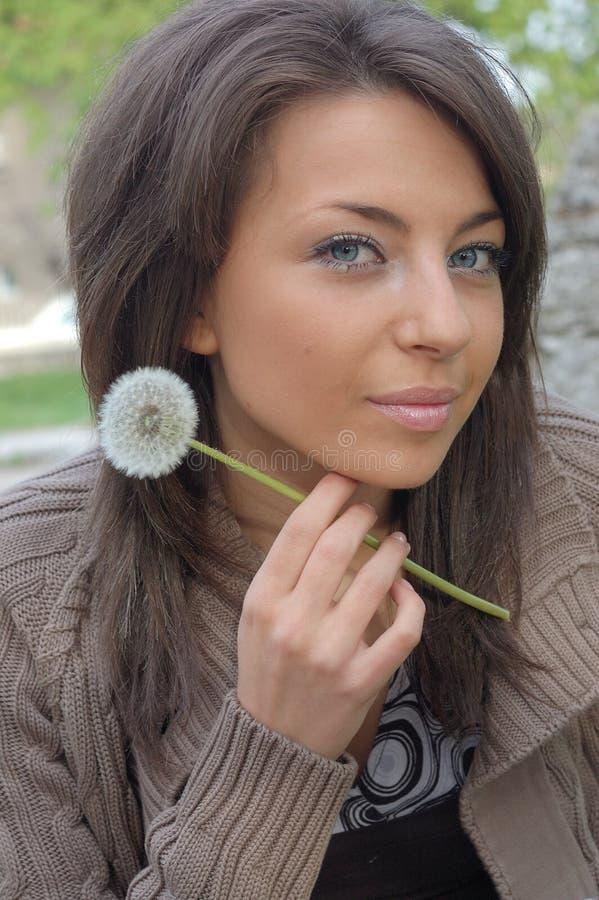 девушка одуванчика милая стоковое фото rf