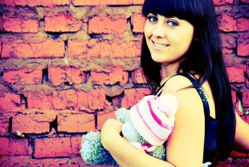 девушка около стены стоковое фото