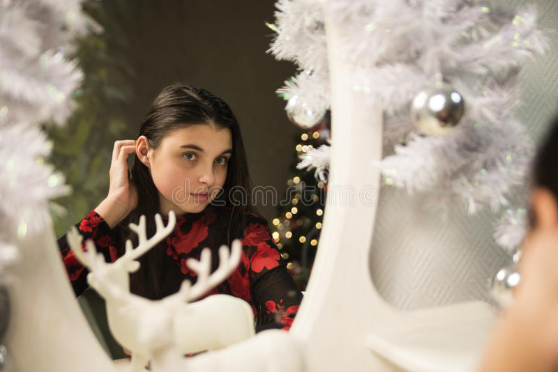Девушка около Нового Года 2 зеркала стоковое изображение