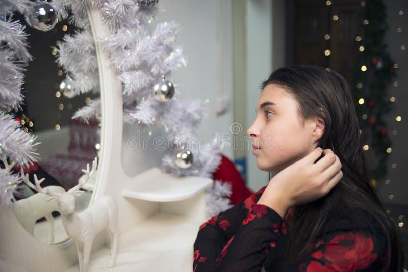 Девушка около Нового Года зеркала стоковое фото