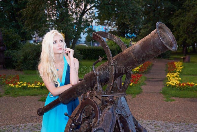 Девушка около памятника телескопа стоковое фото
