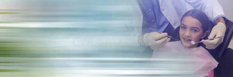 Девушка около для того чтобы получить проверку дантиста поднимающий вверх и расплывчатый голубой переход стоковые фотографии rf