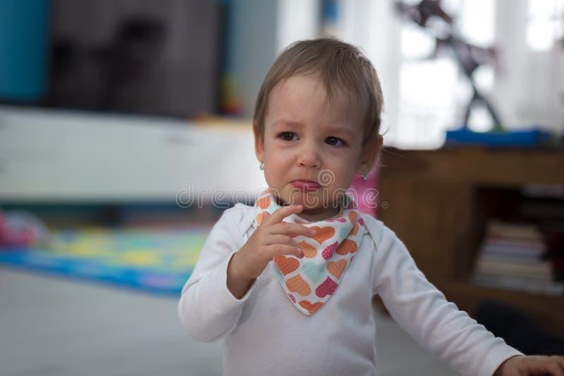 Девушка дома плача стоковая фотография rf