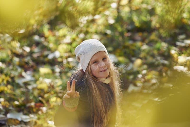 девушка осени выходит напольный желтый цвет стоковые фотографии rf