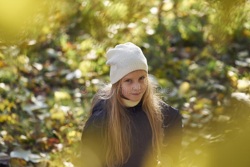 девушка осени выходит напольный желтый цвет стоковые изображения rf
