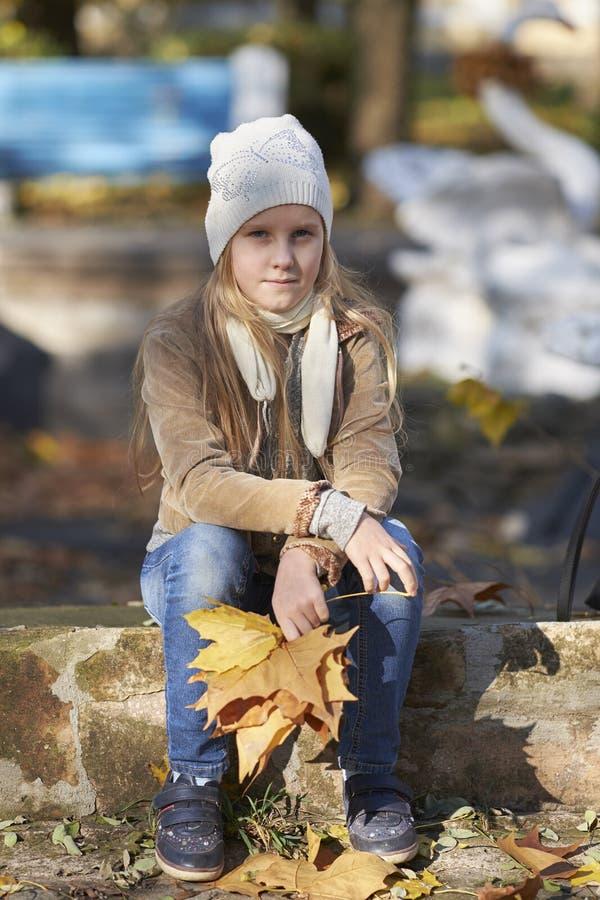 девушка осени выходит напольный желтый цвет стоковое фото rf
