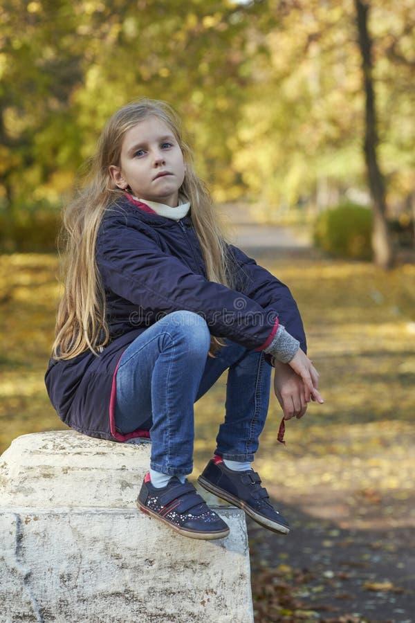 девушка осени выходит напольный желтый цвет стоковые фото