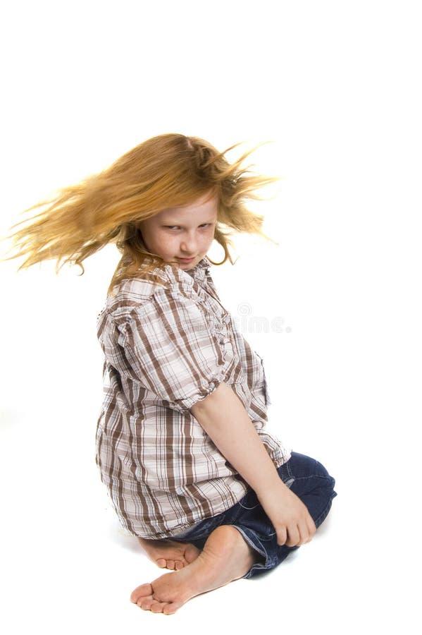Девушка отбрасывая ее волос стоковое изображение rf