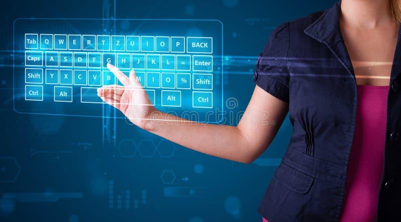 Девушка отжимая виртуальный тип клавиатуры стоковое изображение rf