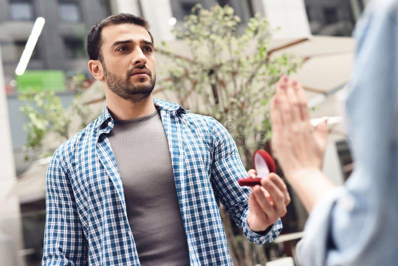 Девушка отказывает мальчика в предложении руки и сердца стоковые изображения rf